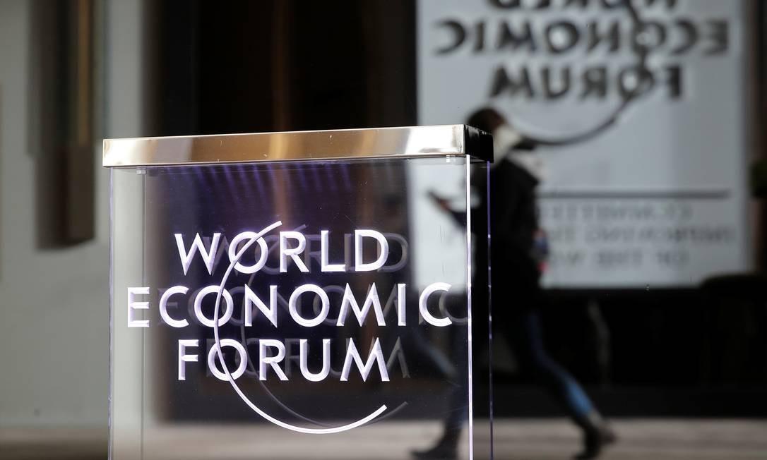 Placa do Fórum Econômico Mundial, que começa na terça-feira em Davos: relatório do FMI mostra que economia global enfraqueceu Foto: ARND WIEGMANN / REUTERS