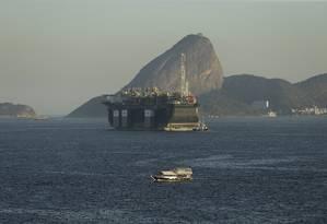 Nova escala. Plataforma P-67 na Baía de Guanabara: setor terá três leilões de petróleo este ano, incluindo áreas no pré-sal Foto: Antonio Scorza / Antonio Scorza