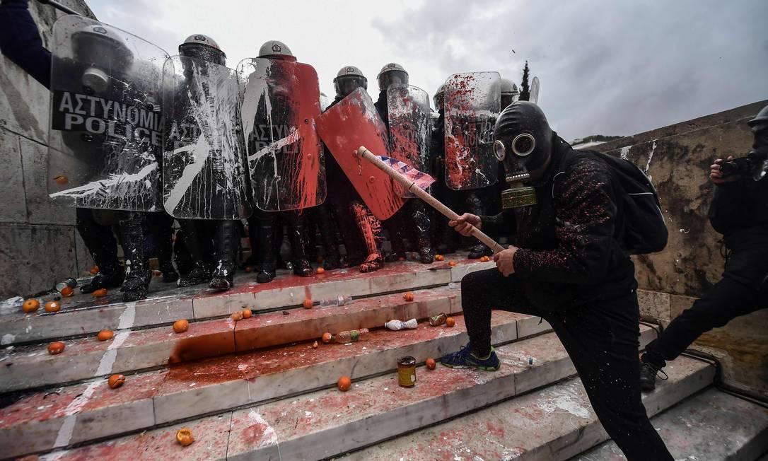 Manifestantes entraram em confronto com a polícia Foto: ARIS MESSINIS / AFP