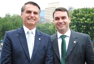 Jair Bolsonaro e o filho mais velho, Flávio: aliados do presidente temem que caso envolvendo assessor do primogênio tenha impacto sobre o governo Foto: Divulgação / PSL