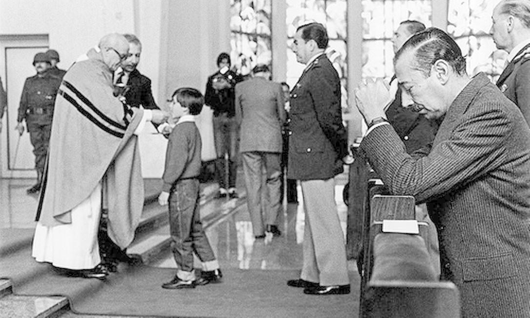 """O general Jorge Rafael Videla (1925-2013), condenado à prisão perpétua por crimes contra a humanidade, considerava que cumpria na Presidência argentina uma missão """"divina"""" Foto: -"""