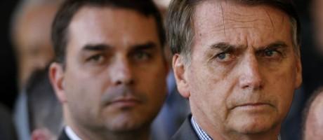 O presidente Jair Bolsonaro e seu filho Flávio, que ainda não deu explicações sobre movimentações financeiras em sua conta reveladas pelo Coaf Foto: Jorge William / Agência O Globo