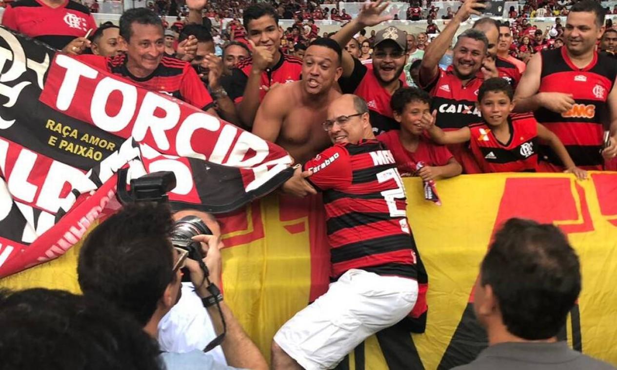 Na estreia do Flamengo no Campeonato Carioca, Witzel não só foi ao jogo no Maracanã, como vestiu a camisa e caiu nos braços da torcida Foto: Juliana Ramos / Governo do Rio / Divulgação