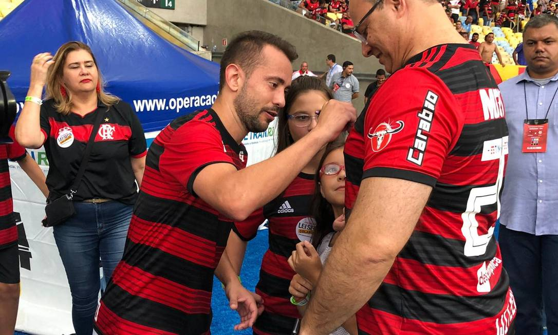 Governador também foi cumprimentado por Everton Ribeiro, que autografou sua camisa Foto: Foto de leitor