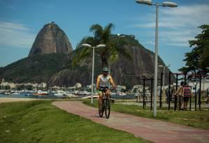 Vinicius Zimbra pedala na Enseada de Botafogo: 'Aqui não há planejamento' Foto: Brenno Carvalho