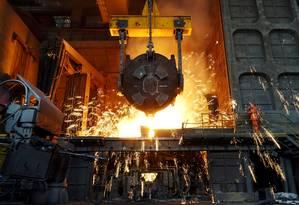 Funcionário opera um forno em uma fábrica de aço da Dalian Special Steel Co, em Dalian, província de Liaoning, na China Foto: China Stringer Network / REUTERS