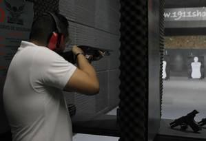 Praticante usa arma de cano longo em clube de tiro de Santana, Zona Norte da capital paulista Foto: Edilson Dantas / Agência O Globo