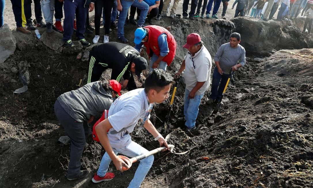 Moradores buscam restos mortais e objetos que ajudem na identificação de vítimas após explosão em Tlahuelilpan Foto: HENRY ROMERO / REUTERS