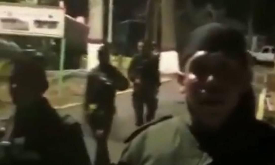 Militares roubaram armas e gravaram vídeo contra presidente Nicolás Maduro em Cotiza, na Venezuela Foto: Reprodução/Twitter