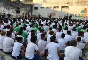 As presas fora das celas durante a revista no Talavera Bruce Foto: Seap / Divulgação