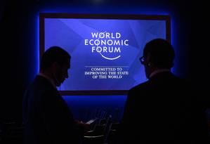 Membros da equipe do Fórum Econômico Mundial dentro do Congress Centre Foto: FABRICE COFFRINI / AFP