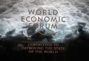 Placa do Fórum Econômico Mundial, que começa na terça-feira em Davos: relatório do FMI mostra que economia global enfraqueceu Foto: FABRICE COFFRINI / AFP