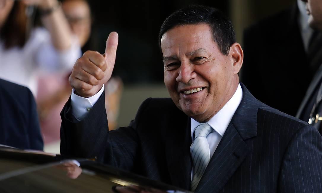 O presidente em exercício, Hamilton Mourão, deixa o gabinete da vice-presidência Foto: Jorge William/Agência O Globo