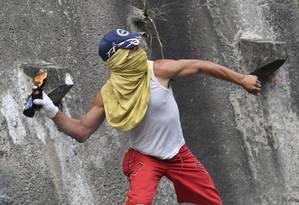 Manifestante contra o governo da Venezuela durante confronto com policiais em Cotiza, no norte de Caracas Foto: YURI CORTEZ / AFP