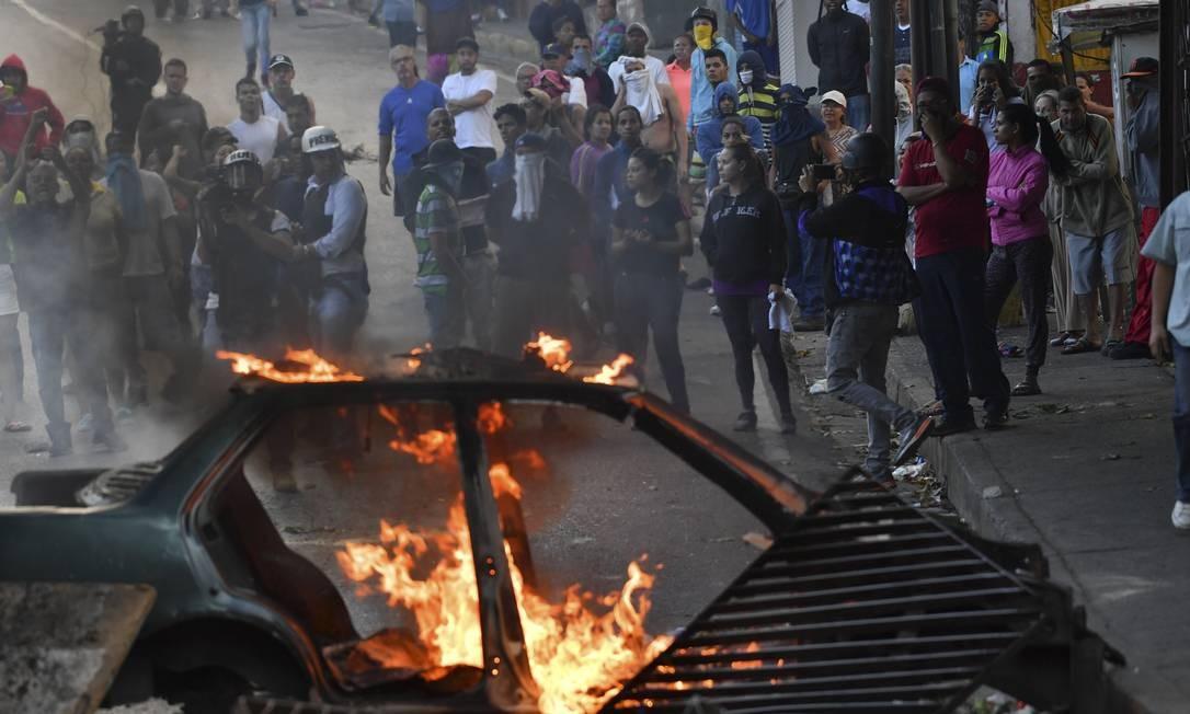 Manifestantes protestam em apoio a militares que se rebelaram em sede de Cotiza da Guarda Nacional Bolivariana, em Caracas Foto: YURI CORTEZ / AFP