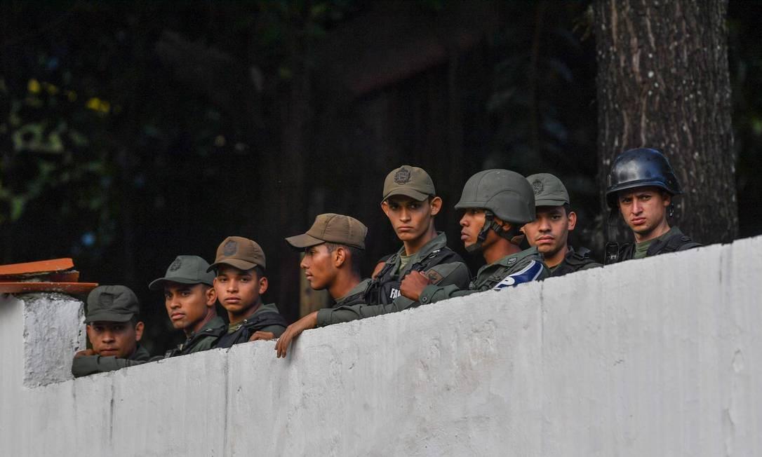 Membros da Guarda Nacional Bolivariana permanecem dentro de quartel de Cotiza após rebeldes invadirem com apelos de insurreição contra Nicolás Maduro Foto: YURI CORTEZ / AFP