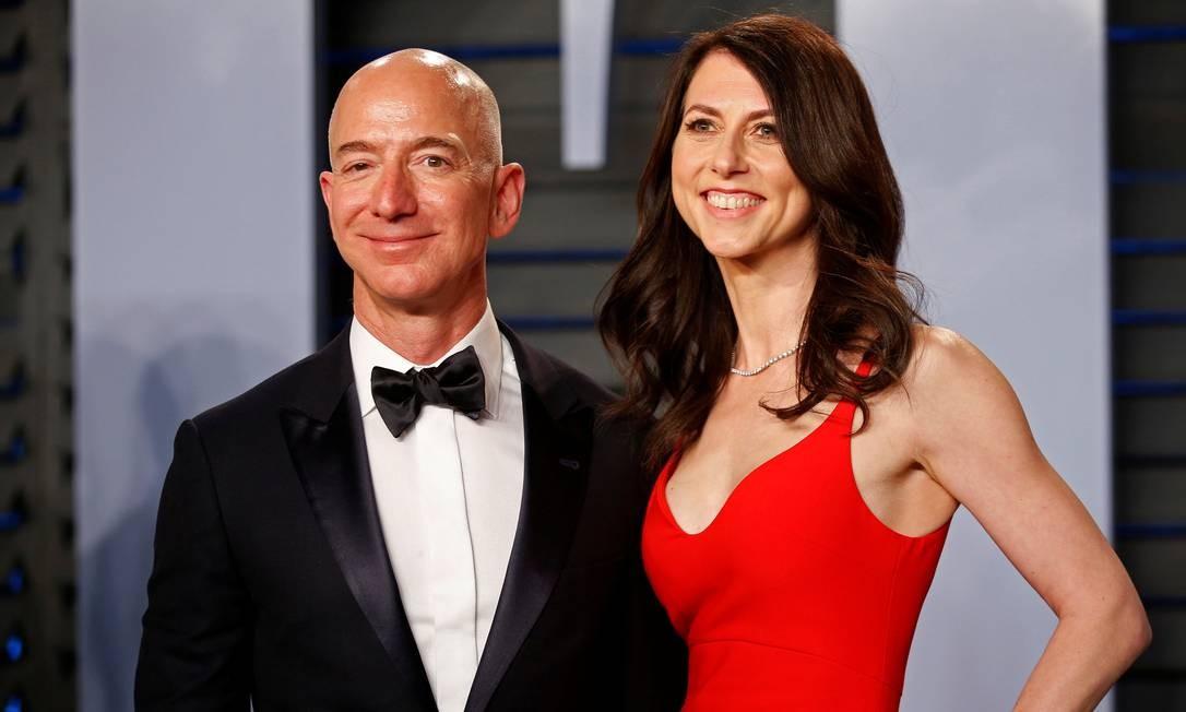 Jeff e MacKenzie Bezos na festa do Oscar do ano passado. As consequências do divórcio do casal preocupa investidores Foto: Danny Moloshok / Reuters