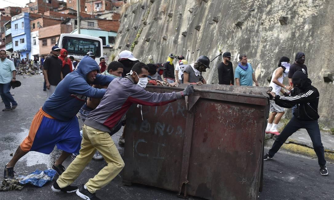 Com militares rebeldes detidos, moradores de Cotiza anti-Maduro saíram às ruas em protesto e enfrentaram forças policiais do governo Foto: YURI CORTEZ / AFP