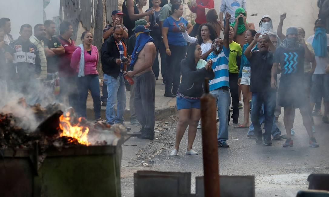 Moradores de Cotiza, bairro pobre de Caracas, manifestaram apoio aos militares detidos Foto: CARLOS GARCIA RAWLINS / REUTERS