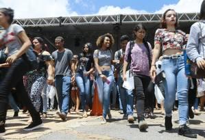 Estudantes chegam para prova do Enem 2018 na Uniceub, em Brasília; com nota do exame, candidatos vão buscar vaga em instituições públicas por meio do Sistema de Seleção Unificada (Sisu) Foto: Jorge William - 11-11-2018 / Agência O Globo