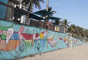 Smael Vagner grafitou um painel com cerca de 100 metros de comprimento na Praia de São Conrado Foto: Márcio Alves / Agência O Globo