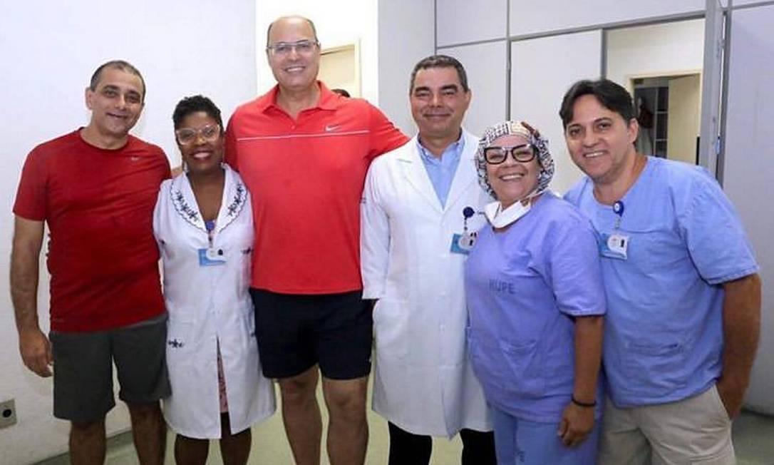 Wilson Witzel, ao centro, de vermelho, com a equipe do hospital. Ele foi fazer exames de rotina acompanhado de Edmar Santos (à esquerda, de vermelho), secretário de Saúde e ex-diretor do Pedro Ernesto Foto: Divulgação