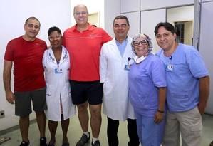 Wilson Witzel, ao centro, de vermelho, com a equipe do hospital. Ele foi fazer exames de rotina acompanhado de Edmar Santos (à esquerda), secretário de Saúde e ex-diretor do Pedro Ernesto Foto: Divulgação