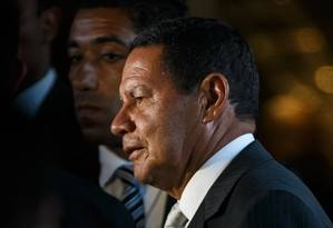 O presidente em exercício, Hamilton Mourão, deixa o anexo do Palácio do Planalto Foto: Daniel Marenco / Agência O Globo