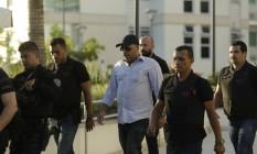 O major da PM Ronald Paulo Alves Pereira (de boné e camisa branca) é preso em sua casa Foto: Gabriel Paiva / Agência O Globo