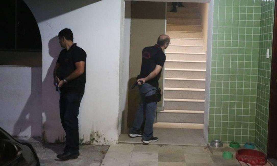 Policiais na casa de Cabelo em Rio das Pedras Foto: Fabiano Rocha / O Globo