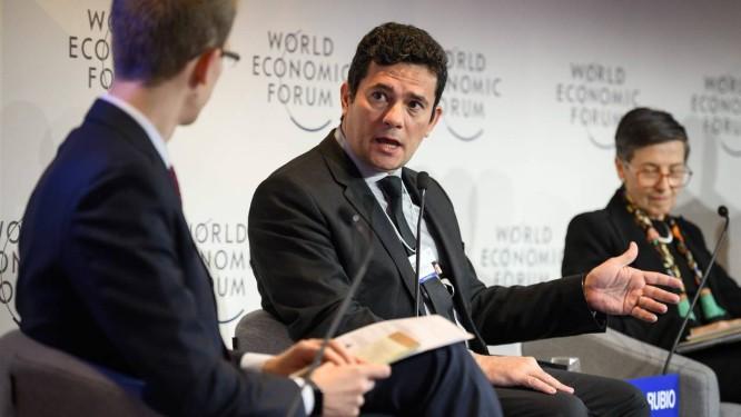 O ministro da Justiça do Brasil, Sergio Moro (ao centro), participa de painel durante o Fórum Econômico Mundial (WEF) Foto: FABRICE COFFRINI / AFP