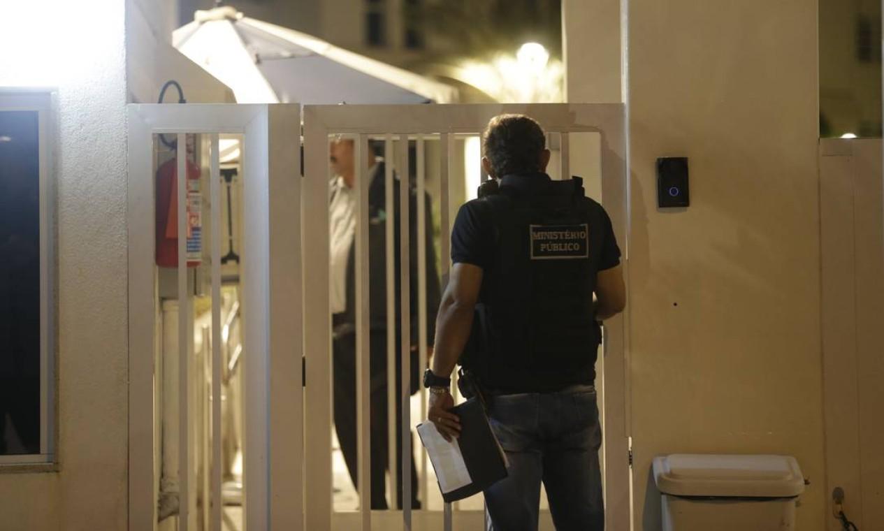 Policiais chegam a condomínio de luxo na Barra da Tijuca em busca do major Ronald Paulo Alves Pereira Foto: Gabriel de Paiva