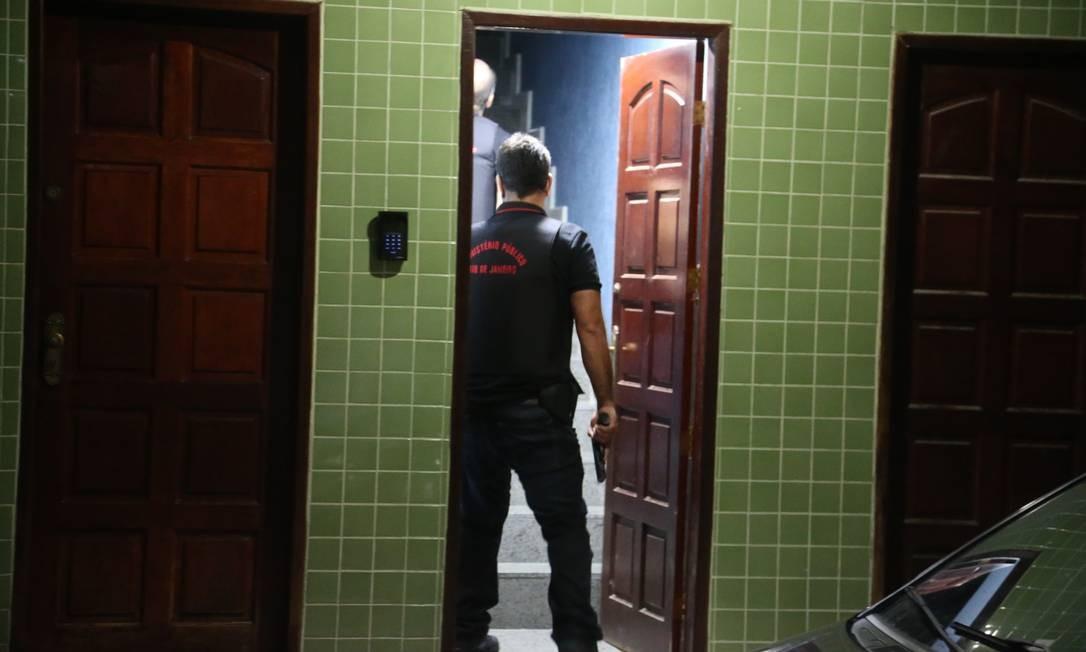 Agentes entram na casa do suspeito Manoel de Brito Batista, o Cabelo, um dos suspeitos do assassinato da vereadora Foto: Fabiano Rocha
