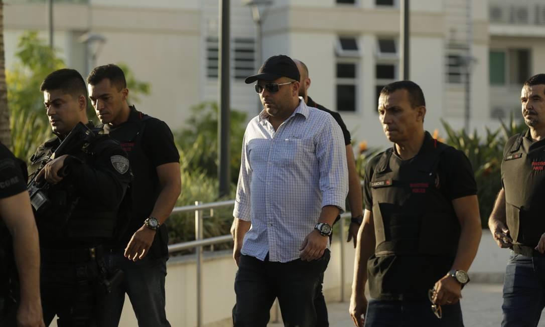 De boné e camisa branca, major Ronald Paulo Alves Pereira foi detido no começo da manhã Foto: Gabriel de Paiva