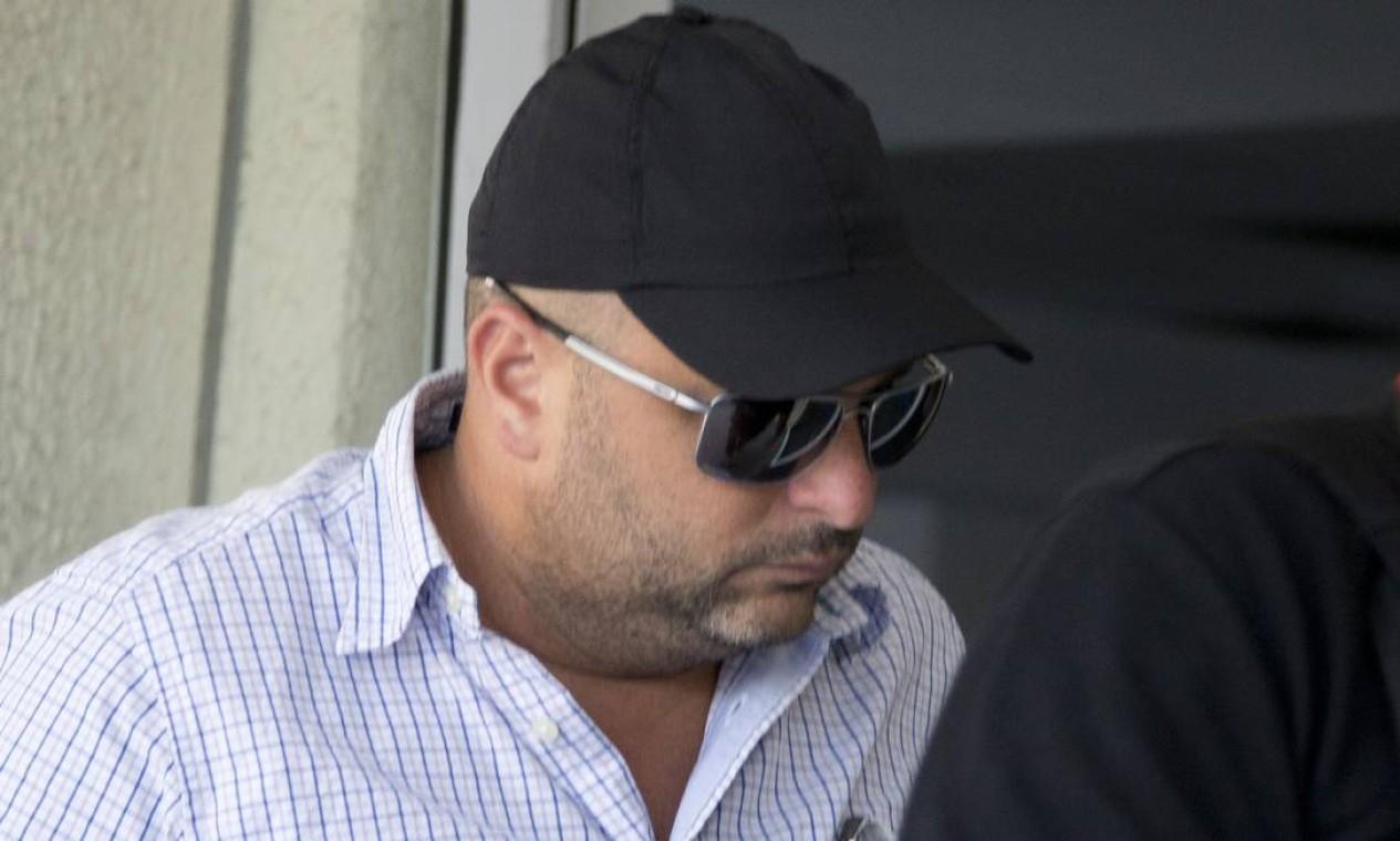 O major Ronald Paulo Alves Pereira chega preso a Cidade da Polícia. Ele é réu no processo de homicídio de quatro jovens na antiga boate Via Show, em 6 de dezembro de 2003 Foto: Márcia Foletto / Márcia Foletto