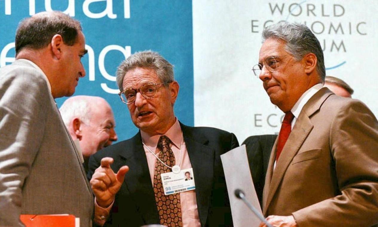 Fernando Henrique conversa Leon Brittan (esquerda), então vice-presidente da Comissão Europeia, e o megainvestidor George Soros Foto: Patrick Aviolat / AFP PHOTO