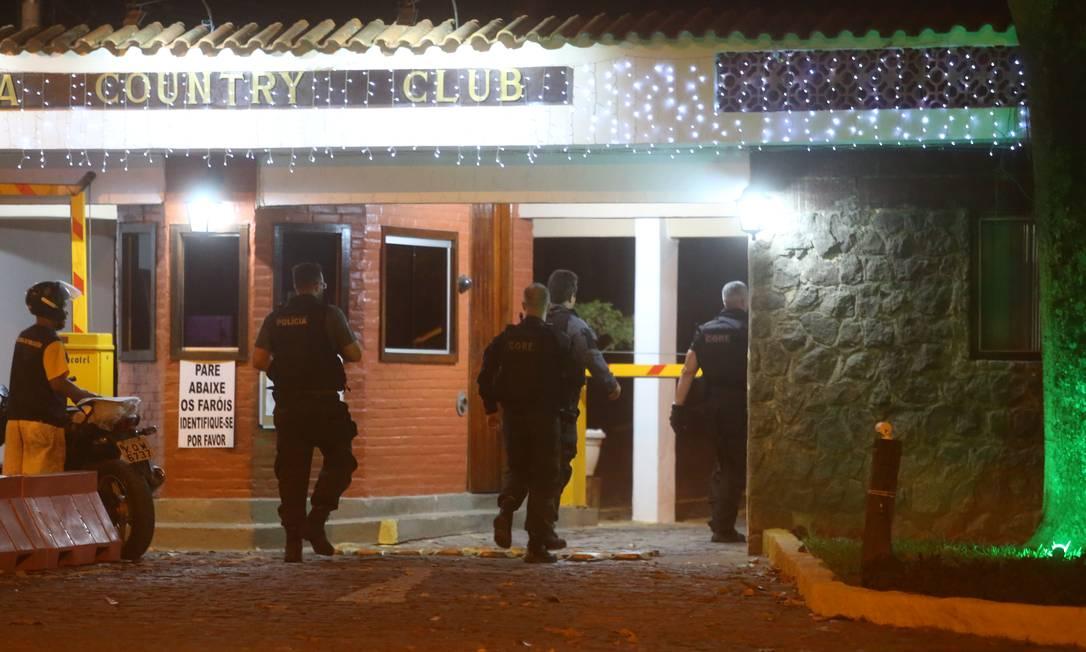 Policiais em frente ao condomínio onde mora Cabelo, contador da milícia Foto: Fabiano Rocha