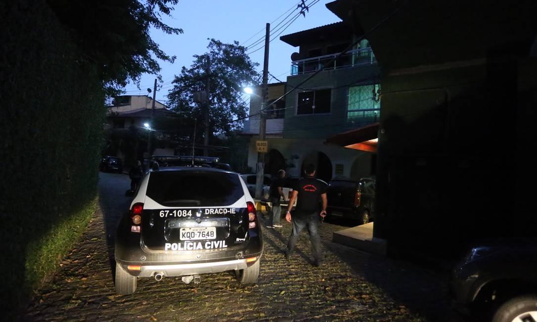 Veículo da Draco durante operação policial para desbaratar o Escritório do Crime Foto: Fabiano Rocha