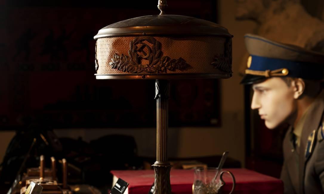 """Uma luminária de bronze (por volta de 1920), que, de acordo com os curadores, ficava em uma vila pertencente ao ditador soviético Joseph Stalin, no """"KGB Spy Museum"""" Foto: KARSTEN MORAN / NYT"""