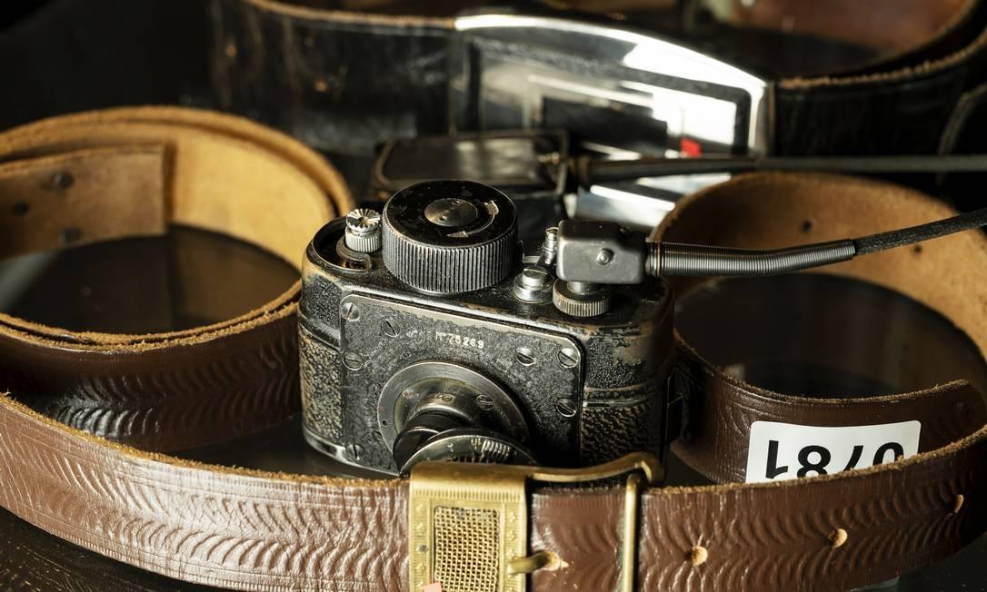 """Uma vitrine de câmeras com cintos exposta no """"KGB Spy Museum"""", em Nova York Foto: KARSTEN MORAN / NYT"""