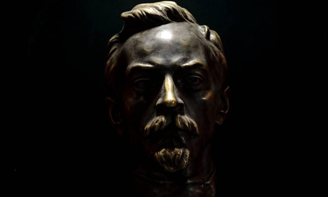 """Um busto de Felix Edmundovich Dzerzhinsky, pai da KGB, em um foco de luz no """"KGB Spy Museum"""", em Nova York Foto: KARSTEN MORAN / NYT"""