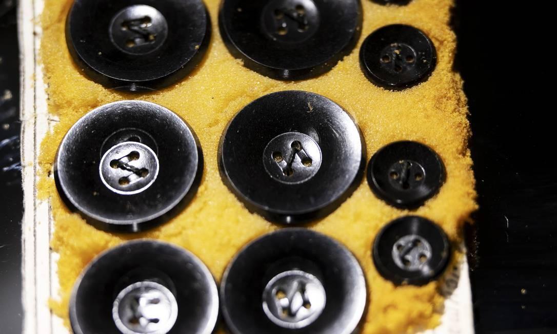 """Botões falsos, com controles remotos de bolso, usados para disfarçar lentes de câmeras escondidas em casacos, em exibição no """"KGB Spy Museum"""", em Nova York Foto: KARSTEN MORAN / NYT"""