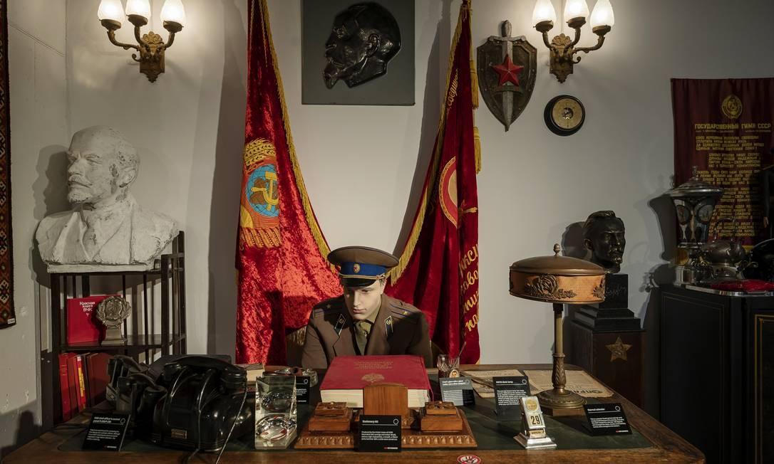 """Uma montagem representando a sala de um chefe de gabinete da KGB, com um manequim de uniforme e uma bandeira da Rússia soviética atrás dele, no """"KGB Spy Museum"""" Foto: KARSTEN MORAN / NYT"""