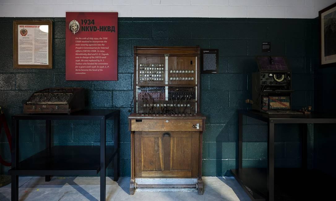 """Uma central telefônica feita em Tallinn, na Estônia soviética, em 1928, em exposição no """"KGB Spy Museum"""" Foto: KARSTEN MORAN / NYT"""