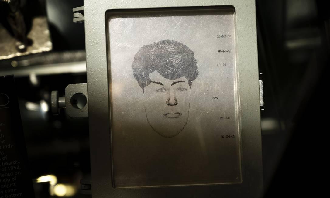 """Um """"robô fotográfico"""" que foi usado no lugar de um desenhista, no """"KGB Spy Museum"""", em Nova York Foto: KARSTEN MORAN / NYT"""