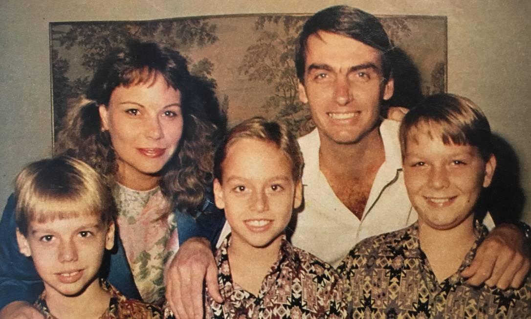 Flávio Bolsonaro (à direita) é o primogênito dos irmãos Bolsonaro e foi criado com Eduardo (à esquerda) e Carlos (centro). Ele também tem mais dois irmãos por parte do pai: Jair Renan, de 20 anos, e Laura, de 8 Foto: Reprodução