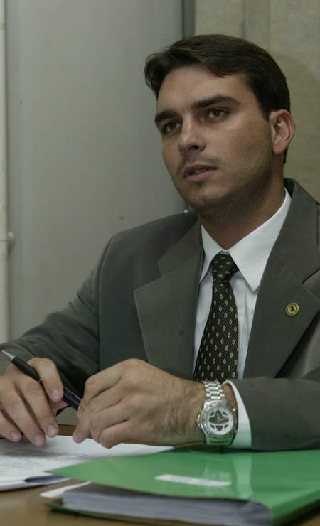 Em 2002, aos 21 anos, foi o deputado estadual mais novo eleito da história do Rio, com 31.293 votos. Na ocasião, ele era filiado ao PP e declarou apenas um carro Gol 1.0 como patrimônio à Justiça Eleitoral. Foi o segundo filho do presidente a entrar para a política. Carlos foi eleito vereador do Rio dois anos antes Foto: Sérgio Borges / Infoglobo 18/06/2003