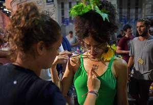 Não é não: campanha contra o assédio no carnaval distribuirá 20 mil tatuagens no Rio Foto: CARL DE SOUZA / AFP