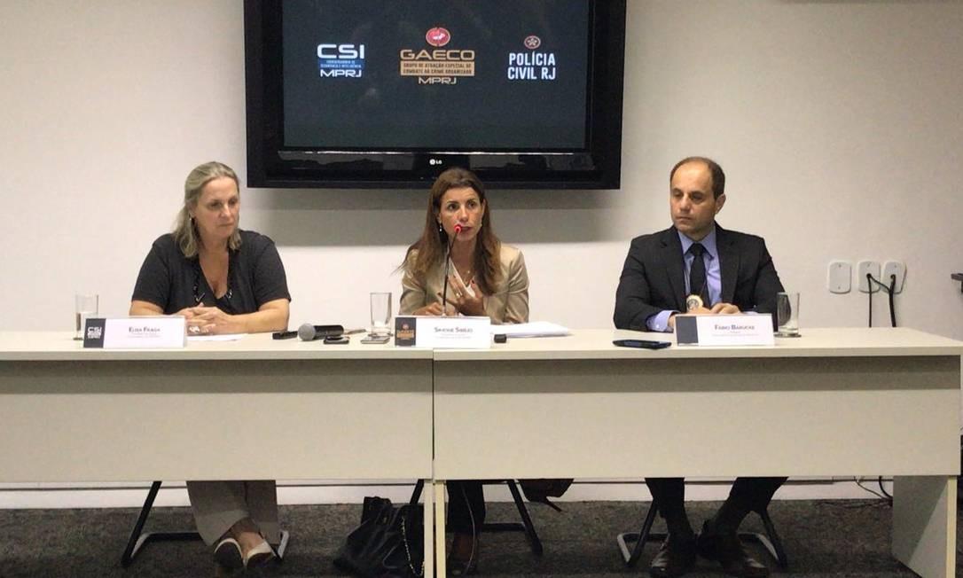 As coordenadoras do Gaeco e de Segurança e Inteligência Simone Sibilio e Elisa Fraga e o subsecretário Operacional da Polícia Civil Fábio Barucke na coletiva Foto: Agência O Globo