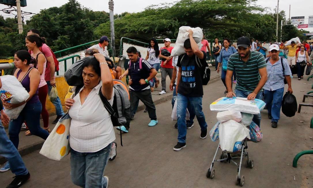 Venezuelanos atravessam fronteira de volta ao seu país após viajarem até a Colômbia para comprar alimentos; escassez e elevada inflação gera insegurança alimentar Foto: SCHNEYDER MENDOZA / AFP